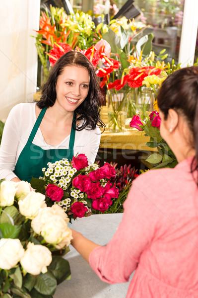 Heureux fleuriste roses bouquet femmes Photo stock © CandyboxPhoto