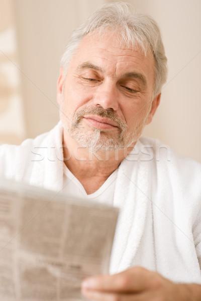 Stok fotoğraf: Kıdemli · olgun · adam · okumak · gazete · aşınma
