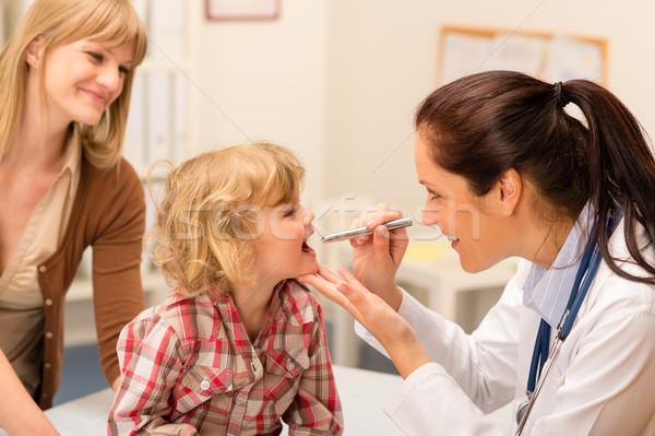 çocuk doktoru çocuk boğaz bakmak ışık küçük kız Stok fotoğraf © CandyboxPhoto