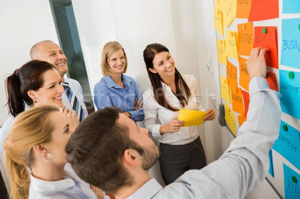 Stock fotó: üzletember · magyaráz · címkék · tábla · kollégák · megbeszélés