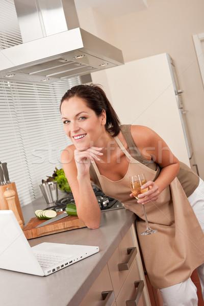 Stockfoto: Vrouw · laptop · keuken · glas · witte · wijn · koken