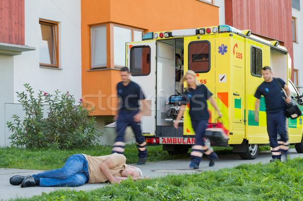 Vészhelyzet csapat fut eszméletlen férfi idős Stock fotó © CandyboxPhoto