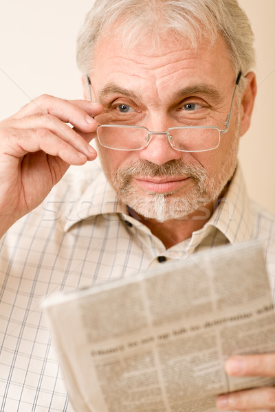 Stok fotoğraf: Kıdemli · olgun · adam · gözlük · gazete
