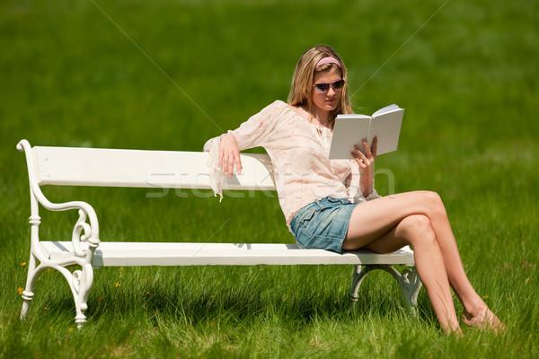 Stockfoto: Voorjaar · jonge · vrouw · ontspannen · bank · weide · zonnebril