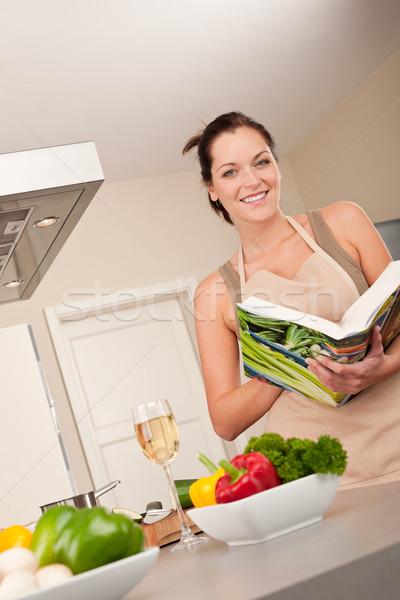 Genç kadın okuma yemek kitabı mutfak bakıyor Stok fotoğraf © CandyboxPhoto