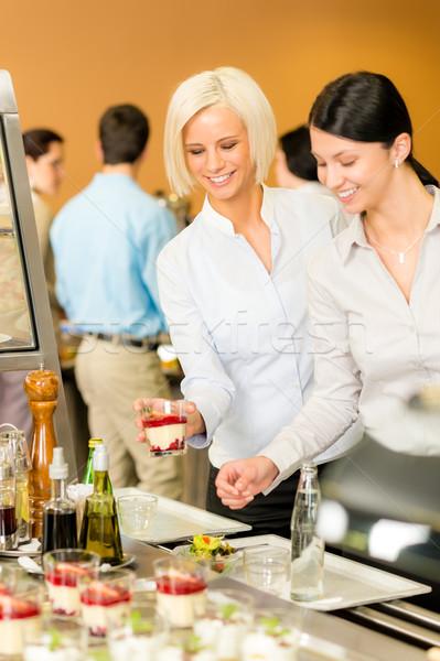 Cafetaria voedsel jonge vrouw kiezen dessert kijken Stockfoto © CandyboxPhoto