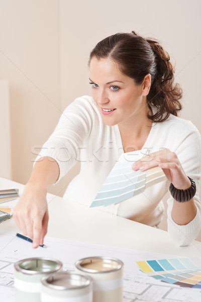 Foto stock: Jóvenes · femenino · decorador · de · interiores · de · trabajo · oficina · color
