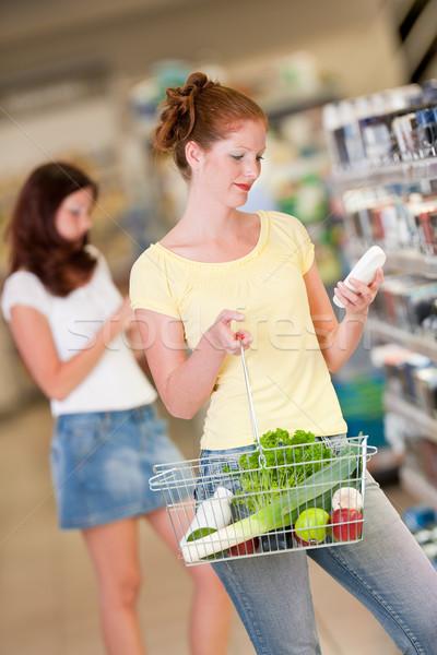 Winkelen vrouw cosmetica afdeling kiezen Stockfoto © CandyboxPhoto