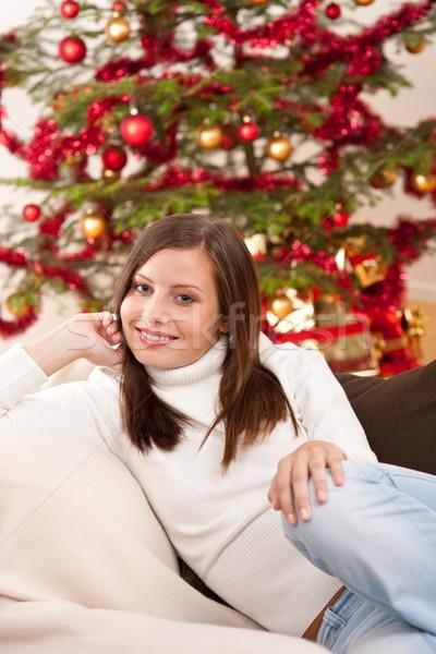 Foto stock: Sorridente · mulher · jovem · árvore · de · natal · sessão · sorrir · feliz