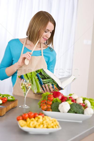 Cocina mujer lectura libro de cocina cocina receta Foto stock © CandyboxPhoto