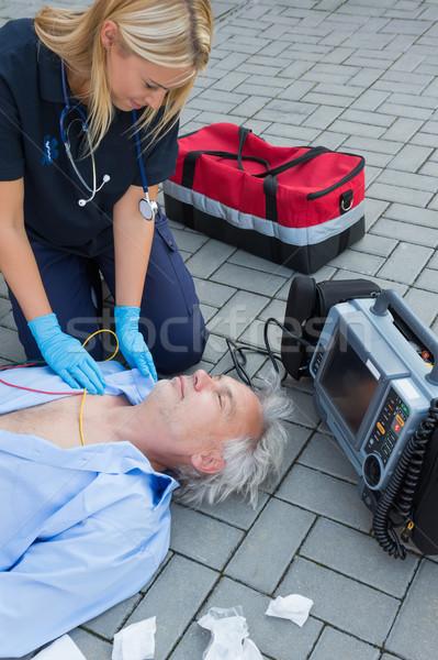 Paramédico examinar inconsciente paciente ancianos hombre Foto stock © CandyboxPhoto