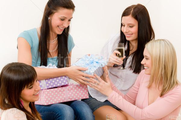 Stok fotoğraf: Doğum · günü · partisi · kadın · sunmak · şampanya · kek
