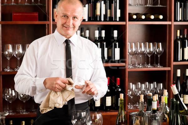 Foto stock: Garçom · limpar · vidro · restaurante · bar