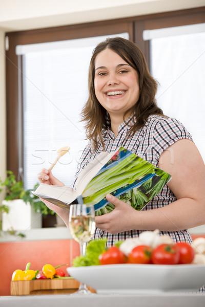 Gotować plus size szczęśliwy kobieta książka kucharska Zdjęcia stock © CandyboxPhoto