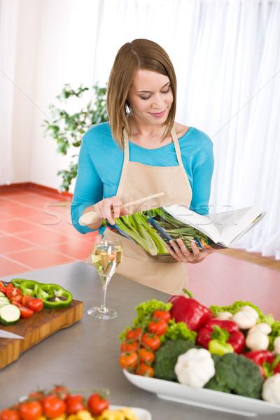 Pişirme kadın okuma yemek kitabı mutfak Stok fotoğraf © CandyboxPhoto