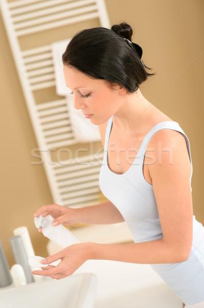 Fiatal nő fürdőszoba arc smink eltávolítás pamut Stock fotó © CandyboxPhoto