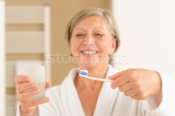 Altos mujer mantener cepillo de dientes vidrio agua Foto stock © CandyboxPhoto