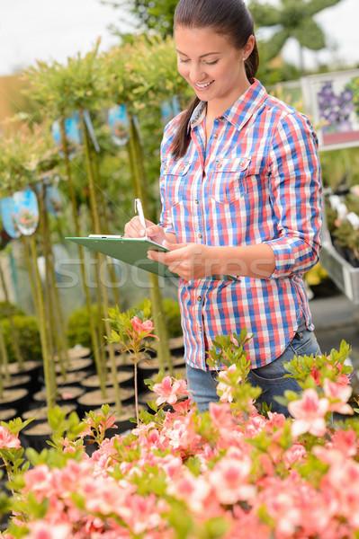 Ogród centrum kobieta pisać zauważa kwiaty Zdjęcia stock © CandyboxPhoto
