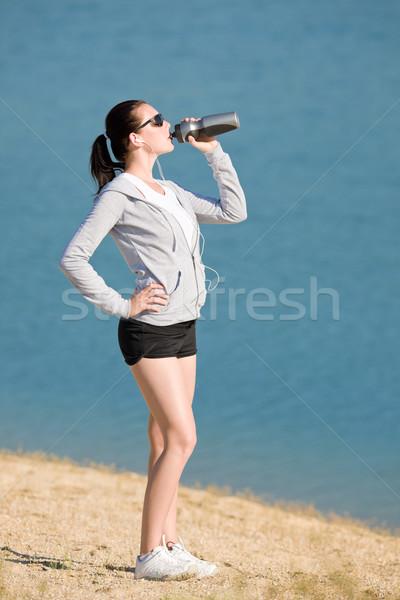 été sport s'adapter femme boire une bouteille d'eau Photo stock © CandyboxPhoto