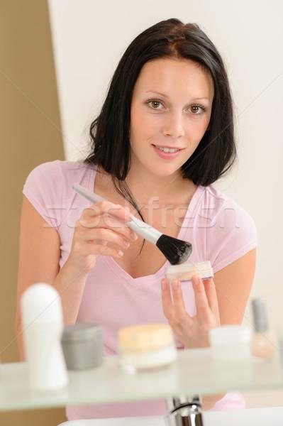 Mujer maquillaje polvo bano espejo feliz Foto stock © CandyboxPhoto