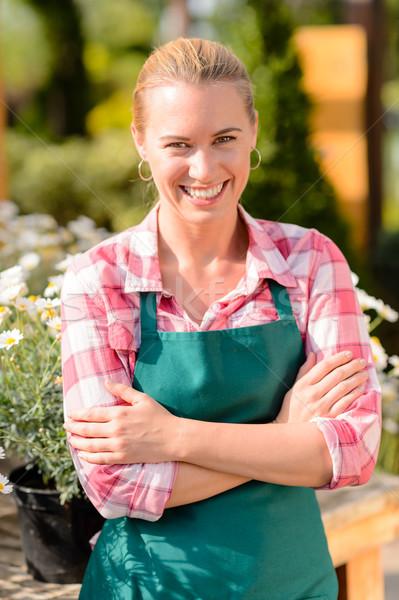 Jardim centro sorrindo trabalhador desgaste avental Foto stock © CandyboxPhoto