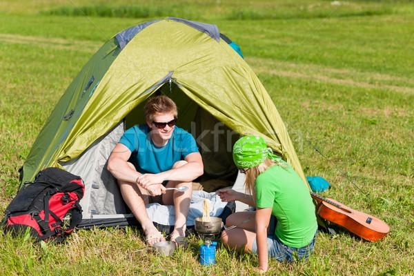 Zdjęcia stock: Młodych · kemping · para · gotowania · posiłek · na · zewnątrz