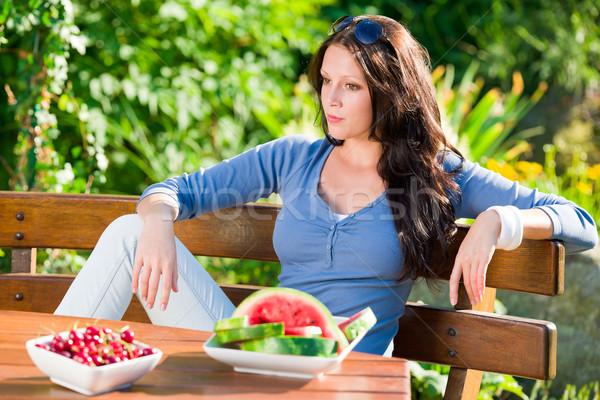 Jardin terrasse belle femme fraîches fruits d'été belle Photo stock © CandyboxPhoto