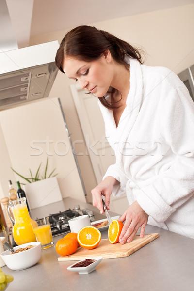 Stock fotó: Fiatal · nő · vág · narancs · reggeli · konyha · fürdőköpeny