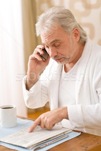 Senior homem maduro jornal telefone sessão tabela Foto stock © CandyboxPhoto