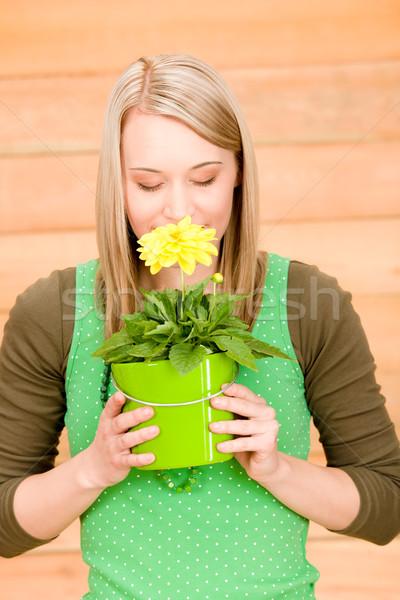 Retrato feliz mujer olor amarillo flor de primavera Foto stock © CandyboxPhoto
