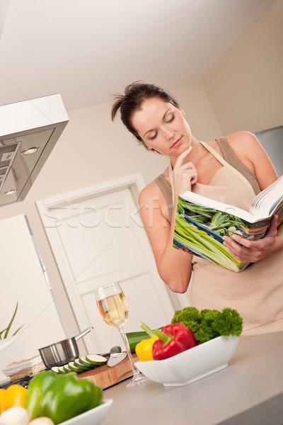 Młoda kobieta czytania książka kucharska kuchnia patrząc przepis Zdjęcia stock © CandyboxPhoto