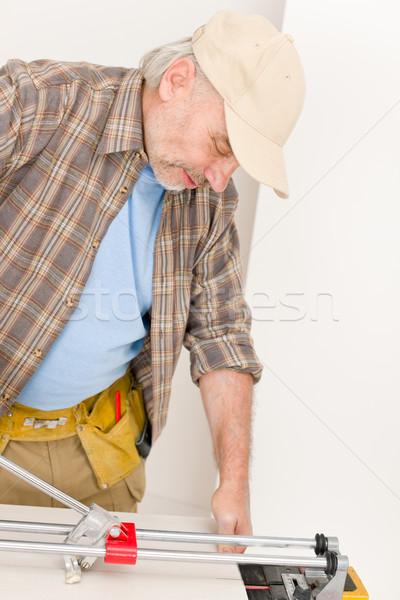 Foto stock: Melhoramento · da · casa · handyman · cortar · telha · interior · piso