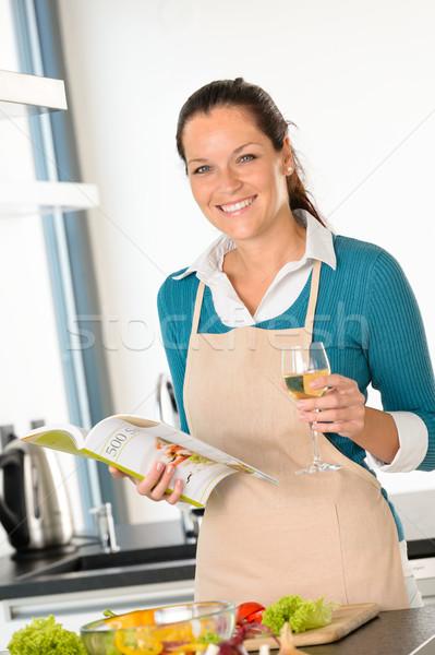 Sorrindo cozinhar cozinha receita legumes casa Foto stock © CandyboxPhoto