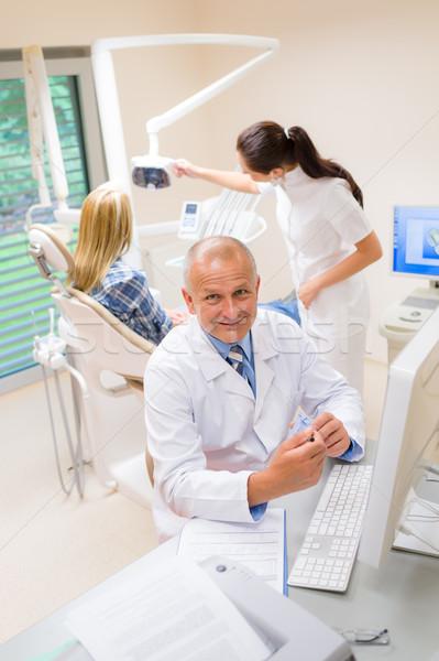 Photo stock: Souriant · dentaires · chirurgien · montrent · modèle · dents