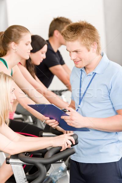 Zdjęcia stock: Młodych · fitness · instruktor · siłowni · ludzi · sportu