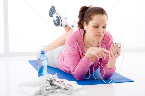Fitnessz nő hallgat zene mp3 pihen tornaterem Stock fotó © CandyboxPhoto