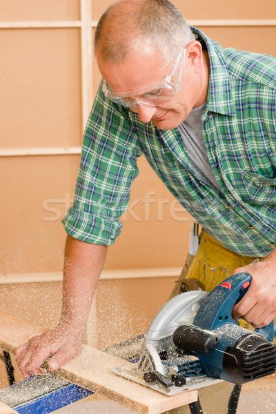 Handyman melhoramento da casa cortar madeira maduro Foto stock © CandyboxPhoto