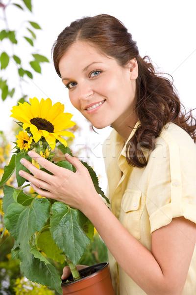 Stok fotoğraf: Gülümseyen · kadın · saksı · ayçiçeği · beyaz · kadın