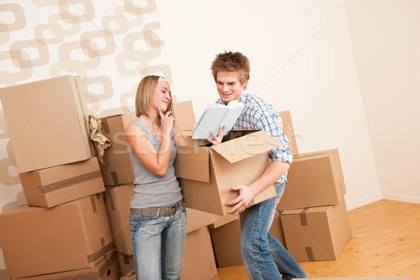 Költözés fiatal pér doboz új otthon papír könyv Stock fotó © CandyboxPhoto