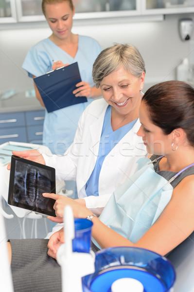 Paciente cirurgia dentária dentista mostrar raio x comprimido Foto stock © CandyboxPhoto