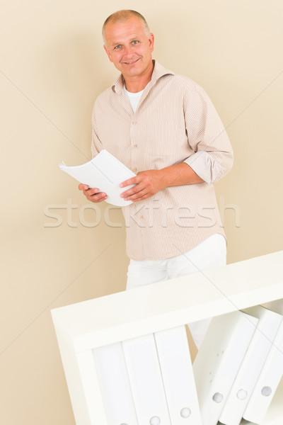 Casual empresario maduro stand detrás estante para libros Foto stock © CandyboxPhoto