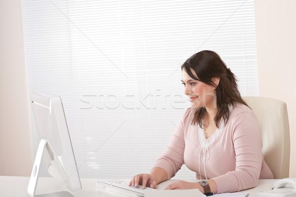 Foto stock: Jóvenes · femenino · ejecutivo · de · trabajo · ordenador · oficina
