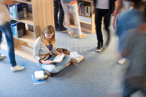 Photo stock: étudiant · séance · étage · bibliothèque · flou · mouvement