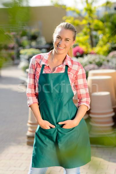 Ogród centrum kobieta pracownika stwarzające fartuch Zdjęcia stock © CandyboxPhoto