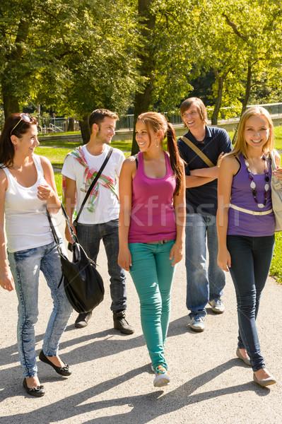 Stok fotoğraf: Öğrenciler · yürüyüş · okul · gençler · mutlu · kampus