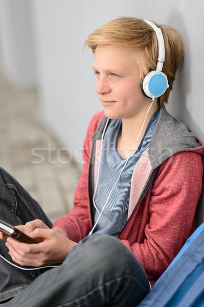 Figyelmes tini diák zenét hallgat fejhallgató ül Stock fotó © CandyboxPhoto 0735dfcb0f