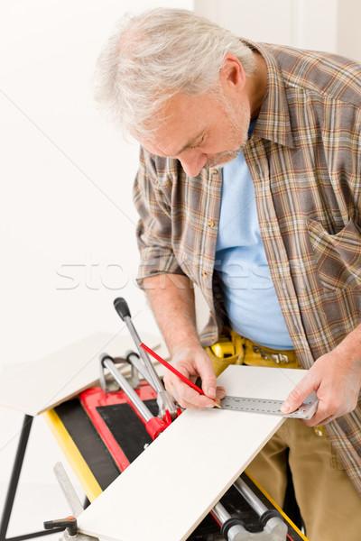 Melhoramento da casa handyman cortar telha interior piso Foto stock © CandyboxPhoto