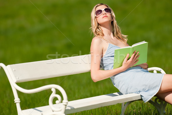 Stockfoto: Voorjaar · zomer · jonge · vrouw · ontspannen · weide · witte