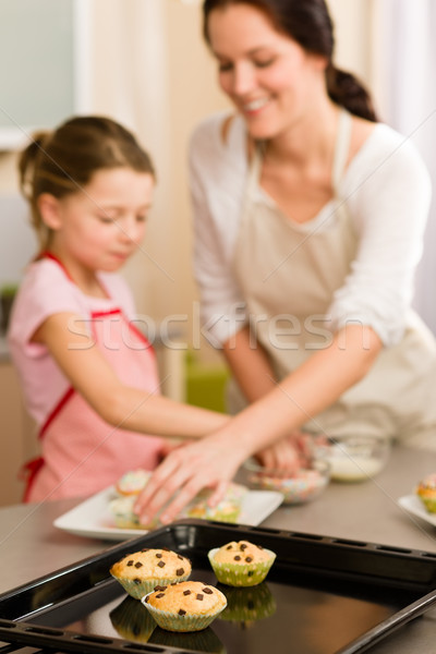 Stok fotoğraf: Küçük · kız · çörek · anne