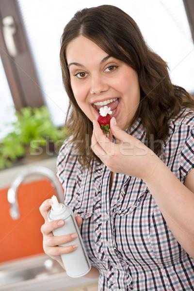 Plus size vrouw slagroom aardbei keuken home Stockfoto © CandyboxPhoto
